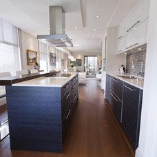 Contemporary Kitchen by BiglarKinyan Design Planning Inc.