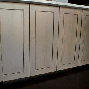 Modelo de cocina comedor en L, moderna, pequeña, sin isla, con fregadero bajoencimera, armarios con puertas mallorquinas, puertas de armario de madera en tonos medios, encimera de granito, salpicadero blanco, salpicadero de azulejos tipo metro y electrodomésticos de acero inoxidable