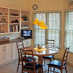 Große Moderne Wohnküche in U-Form mit offenen Schränken, hellen Holzschränken, Küchenrückwand in Beige, Quarzwerkstein-Arbeitsplatte, Linoleum und Halbinsel in St. Louis