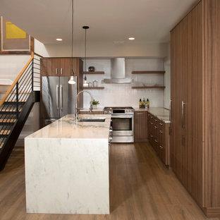 ワシントンD.C.の中サイズのコンテンポラリースタイルのおしゃれなキッチン (アンダーカウンターシンク、フラットパネル扉のキャビネット、中間色木目調キャビネット、白いキッチンパネル、セラミックタイルのキッチンパネル、シルバーの調理設備の、オニキスカウンター、無垢フローリング) の写真