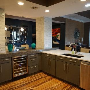 Offene, Mittelgroße Moderne Küche mit Unterbauwaschbecken, Glasfronten, grauen Schränken, Arbeitsplatte aus Recyclingglas, Küchenrückwand in Grau, Rückwand aus Stäbchenfliesen, Küchengeräten aus Edelstahl, Vinylboden, Halbinsel und braunem Boden in Tampa
