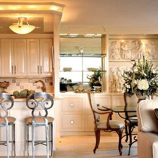 Esempio di una cucina classica con lavello sottopiano, ante con bugna sagomata, ante beige, top in marmo, paraspruzzi multicolore, paraspruzzi con piastrelle di metallo, elettrodomestici da incasso, pavimento in pietra calcarea e isola