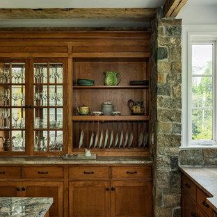 Inspiration för stora klassiska kök, med en rustik diskho, skåp i shakerstil, skåp i mellenmörkt trä, granitbänkskiva, grått stänkskydd, stänkskydd i stenkakel, rostfria vitvaror, mellanmörkt trägolv, en köksö och brunt golv