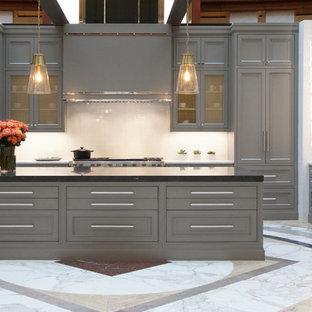 Bild på ett stort funkis vit vitt kök, med en dubbel diskho, luckor med infälld panel, grå skåp, marmorbänkskiva, vitt stänkskydd, stänkskydd i tunnelbanekakel, färgglada vitvaror och en köksö