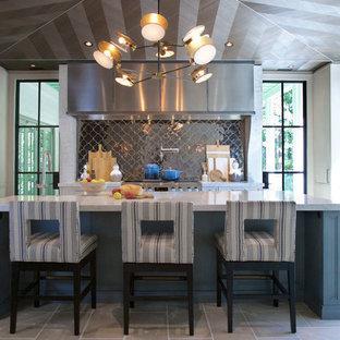 Cette photo montre une très grande cuisine chic avec une crédence métallisée, un électroménager en acier inoxydable, un îlot central, une crédence en dalle métallique, un sol gris, un plan de travail gris et un plan de travail en marbre.