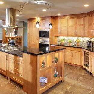 Foto di una grande cucina minimal con ante in stile shaker, ante in legno chiaro, paraspruzzi multicolore, paraspruzzi con piastrelle a mosaico, top in granito, elettrodomestici in acciaio inossidabile, isola, pavimento in cemento e lavello stile country