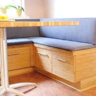 Idéer för att renovera ett mellanstort funkis kök, med en enkel diskho, släta luckor, skåp i mellenmörkt trä, bänkskiva i koppar, grått stänkskydd, rostfria vitvaror, korkgolv och stänkskydd i sten