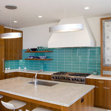 Beach Style Kitchen by Polsky Perlstein Architects