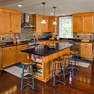 Klassisk inredning av ett l-kök, med skåp i shakerstil, skåp i mellenmörkt trä, grått stänkskydd och stänkskydd i skiffer
