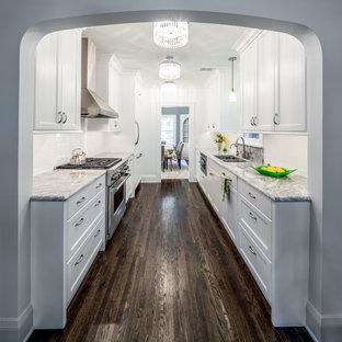Свежая идея для дизайна: параллельная, отдельная кухня среднего размера в классическом стиле с врезной раковиной, фасадами в стиле шейкер, белым фартуком, белыми фасадами, столешницей из гранита, фартуком из плитки кабанчик, темным паркетным полом и коричневым полом без острова - отличное фото интерьера