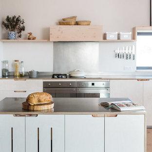 Inspiration för mellanstora skandinaviska kök, med en rustik diskho, släta luckor, skåp i ljust trä, bänkskiva i rostfritt stål, stänkskydd med metallisk yta, rostfria vitvaror, ljust trägolv och en köksö