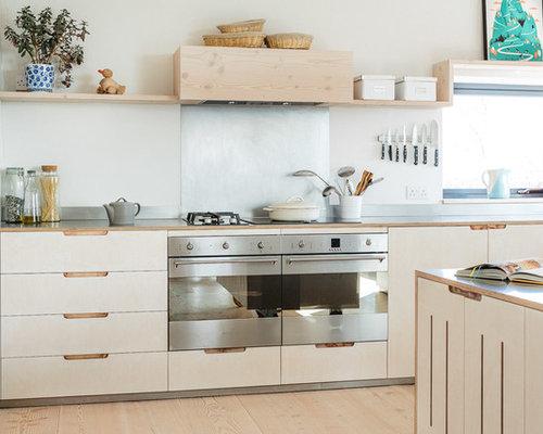 skandinavische k chen mit k chenr ckwand in metallic ideen design bilder houzz. Black Bedroom Furniture Sets. Home Design Ideas