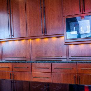 Große Moderne Wohnküche in L-Form mit Unterbauwaschbecken, flächenbündigen Schrankfronten, hellbraunen Holzschränken, Quarzwerkstein-Arbeitsplatte, Küchenrückwand in Rot, Glasrückwand, Küchengeräten aus Edelstahl, Porzellan-Bodenfliesen und Kücheninsel in Seattle