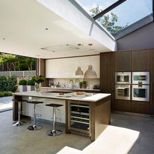 ロンドンの大きいコンテンポラリースタイルのおしゃれなキッチン (フラットパネル扉のキャビネット、珪岩カウンター、白いキッチンパネル、ガラスタイルのキッチンパネル、シルバーの調理設備) の写真
