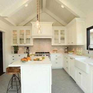 Große Klassische Küche in L-Form mit Landhausspüle, Schrankfronten im Shaker-Stil, beigen Schränken, Rückwand aus Steinfliesen, Küchengeräten aus Edelstahl, Keramikboden, grauem Boden, Küchenrückwand in Weiß, Kücheninsel und grauer Arbeitsplatte in Los Angeles