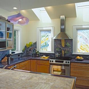 Inredning av ett modernt lila lila kök, med flerfärgad stänkskydd och rostfria vitvaror