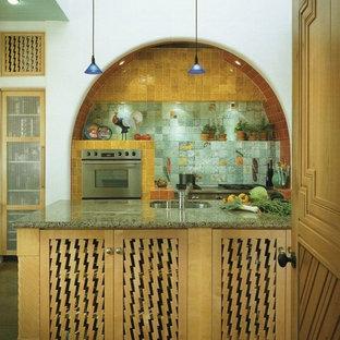 アルバカーキの大きいサンタフェスタイルのおしゃれなキッチンの写真