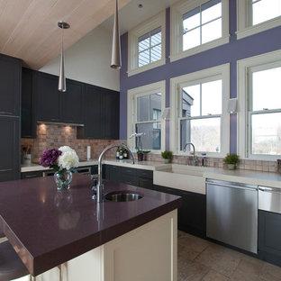 Inspiration för mellanstora moderna lila kök och matrum, med en rustik diskho, skåp i shakerstil, svarta skåp, beige stänkskydd, rostfria vitvaror och en köksö