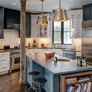 Inspiration pour une cuisine design avec un plan de travail en stéatite et un plan de travail bleu.