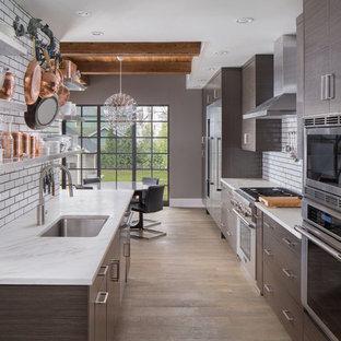 Idee per una cucina design di medie dimensioni con ante lisce, ante marroni, paraspruzzi con piastrelle diamantate, elettrodomestici in acciaio inossidabile, isola e lavello sottopiano