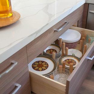 サンディエゴの中くらいのコンテンポラリースタイルのおしゃれなキッチン (アンダーカウンターシンク、白いキッチンパネル、シルバーの調理設備、白いキッチンカウンター、フラットパネル扉のキャビネット、中間色木目調キャビネット、クオーツストーンカウンター、磁器タイルのキッチンパネル、クッションフロア、アイランドなし、グレーの床) の写真
