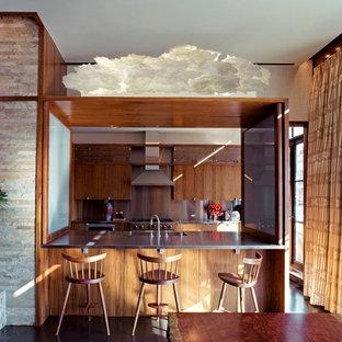 Idéer för ett modernt parallellkök, med en integrerad diskho, släta luckor, skåp i mellenmörkt trä, bänkskiva i rostfritt stål, stänkskydd med metallisk yta och rostfria vitvaror