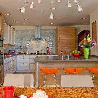 Moderne Wohnküche in L-Form mit Elektrogeräten mit Frontblende, Unterbauwaschbecken, Schrankfronten im Shaker-Stil, weißen Schränken, Quarzwerkstein-Arbeitsplatte, Küchenrückwand in Blau und Rückwand aus Glasfliesen in Boston