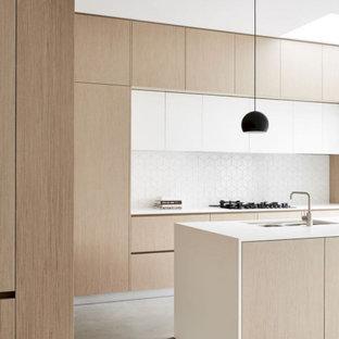 Exempel på ett stort modernt vit vitt kök, med en undermonterad diskho, släta luckor, skåp i ljust trä, bänkskiva i kvartsit, vitt stänkskydd, stänkskydd i keramik, rostfria vitvaror, laminatgolv, en köksö och beiget golv