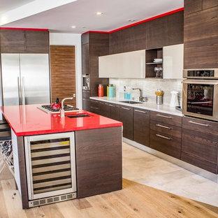 Ispirazione per una cucina contemporanea di medie dimensioni con lavello sottopiano, ante lisce, ante in legno bruno, top in superficie solida, paraspruzzi bianco, elettrodomestici in acciaio inossidabile, parquet chiaro, pavimento marrone, top rosso e paraspruzzi con piastrelle in ceramica