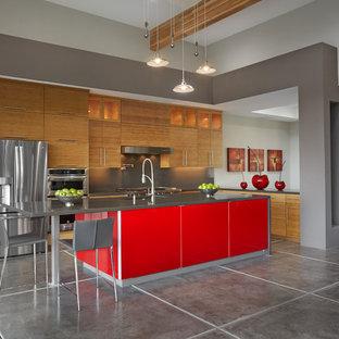 Удачное сочетание для дизайна помещения: п-образная кухня среднего размера в современном стиле с плоскими фасадами, светлыми деревянными фасадами, столешницей из кварцевого композита, серым фартуком, техникой из нержавеющей стали, бетонным полом, островом, серым полом и серой столешницей - самое интересное для вас
