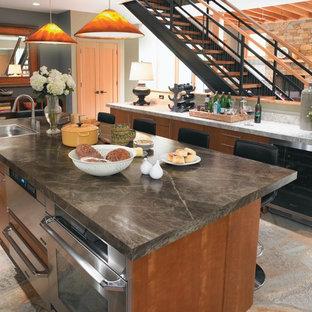 Esempio di una cucina contemporanea con elettrodomestici in acciaio inossidabile, lavello da incasso, ante lisce, ante in legno scuro e top in laminato