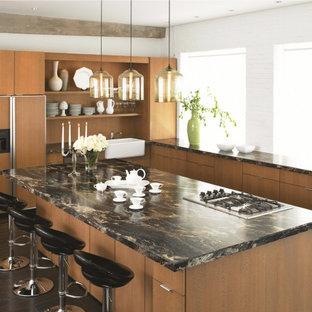 Esempio di una cucina minimal con lavello stile country, ante lisce, ante in legno scuro e top in laminato
