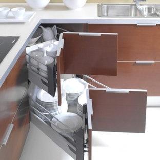 Foto di una cucina a L design chiusa e di medie dimensioni con lavello da incasso, ante lisce, ante in legno scuro, top in quarzo composito, elettrodomestici in acciaio inossidabile, pavimento in vinile, isola e pavimento bianco