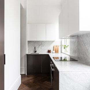 Ispirazione per una piccola cucina minimal con lavello sottopiano, top in marmo, paraspruzzi in marmo, elettrodomestici in acciaio inossidabile, parquet scuro, nessuna isola, pavimento marrone, ante lisce, ante marroni e paraspruzzi grigio