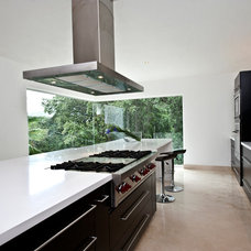 Contemporary Kitchen by Grupo MM