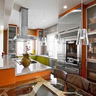 Idéer för att renovera ett mellanstort funkis kök, med rostfria vitvaror, gröna skåp, granitbänkskiva, en undermonterad diskho, släta luckor, stänkskydd med metallisk yta, mellanmörkt trägolv och en köksö