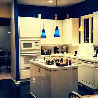 Große Moderne Wohnküche in L-Form mit Einbauwaschbecken, flächenbündigen Schrankfronten, weißen Schränken, Arbeitsplatte aus Fliesen, Küchenrückwand in Weiß, Rückwand aus Stein, weißen Elektrogeräten, Porzellan-Bodenfliesen und Kücheninsel in Atlanta