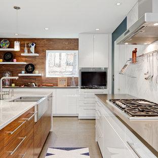 他の地域の中くらいのコンテンポラリースタイルのおしゃれなキッチン (エプロンフロントシンク、フラットパネル扉のキャビネット、白いキャビネット、クオーツストーンカウンター、白いキッチンパネル、石タイルのキッチンパネル、シルバーの調理設備、コルクフローリング、ベージュの床) の写真