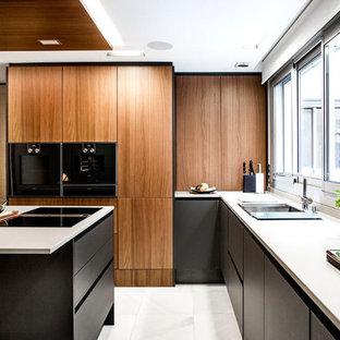 Inredning av ett modernt avskilt, litet vit vitt l-kök, med en undermonterad diskho, släta luckor, skåp i mellenmörkt trä, bänkskiva i kvarts, svarta vitvaror, marmorgolv, en köksö, vitt golv och fönster som stänkskydd