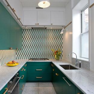 シカゴの小さいコンテンポラリースタイルのおしゃれなキッチン (アンダーカウンターシンク、フラットパネル扉のキャビネット、緑のキャビネット、大理石カウンター、マルチカラーのキッチンパネル、セメントタイルのキッチンパネル、大理石の床、アイランドなし、白い床、白いキッチンカウンター、パネルと同色の調理設備) の写真