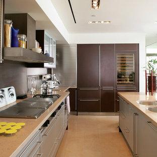 Modelo de cocina actual con fregadero bajoencimera, armarios con paneles lisos, puertas de armario marrones y salpicadero verde