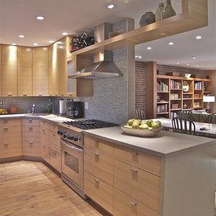Diseño de cocina comedor en L, contemporánea, de tamaño medio, con encimera de cemento, electrodomésticos de acero inoxidable, armarios con paneles lisos, puertas de armario de madera clara, fregadero encastrado y salpicadero de piedra caliza