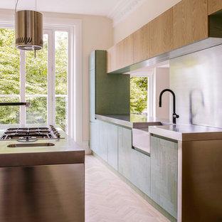 Idéer för att renovera ett funkis kök och matrum, med en rustik diskho, turkosa skåp, bänkskiva i rostfritt stål, stänkskydd med metallisk yta, rostfria vitvaror, ljust trägolv och en köksö
