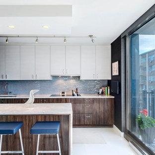 シカゴのコンテンポラリースタイルのおしゃれなキッチン (アンダーカウンターシンク、フラットパネル扉のキャビネット、中間色木目調キャビネット、珪岩カウンター、白いキッチンパネル、ガラスタイルのキッチンパネル、パネルと同色の調理設備、セラミックタイルの床) の写真
