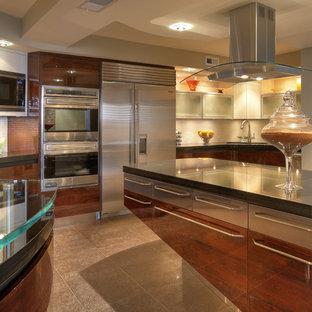 Idéer för funkis kök, med rostfria vitvaror och bänkskiva i glas