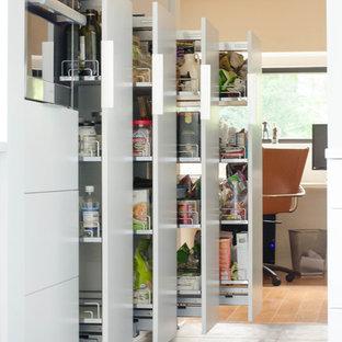 Große Moderne Küche mit Vorratsschrank, flächenbündigen Schrankfronten, weißen Schränken, Küchengeräten aus Edelstahl und Porzellan-Bodenfliesen in Kansas City