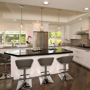 Foto di una grande cucina minimal con lavello a doppia vasca, ante in stile shaker, ante bianche, top in cemento, paraspruzzi con piastrelle a listelli, elettrodomestici in acciaio inossidabile, parquet scuro, isola, pavimento marrone, paraspruzzi grigio e top grigio