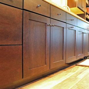 Geschlossene, Zweizeilige, Mittelgroße Moderne Küche ohne Insel mit dunklen Holzschränken, Quarzit-Arbeitsplatte, bunter Rückwand, Rückwand aus Glasfliesen, Küchengeräten aus Edelstahl, Linoleum und Schrankfronten mit vertiefter Füllung in Austin