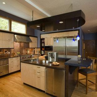 Moderne Küche in L-Form mit Küchengeräten aus Edelstahl, Quarzwerkstein-Arbeitsplatte, Unterbauwaschbecken, flächenbündigen Schrankfronten, hellen Holzschränken, Küchenrückwand in Metallic und Rückwand aus Metallfliesen in Portland