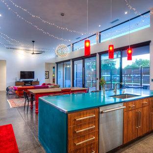フェニックスの大きいコンテンポラリースタイルのおしゃれなキッチン (シングルシンク、フラットパネル扉のキャビネット、中間色木目調キャビネット、シルバーの調理設備、コンクリートの床) の写真